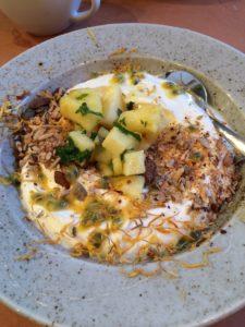 Härligt start på dagen med Yoghurt, ananas, rostade nötter och mynta.